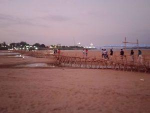 カンボジアのコンポンチャムにある島の竹橋